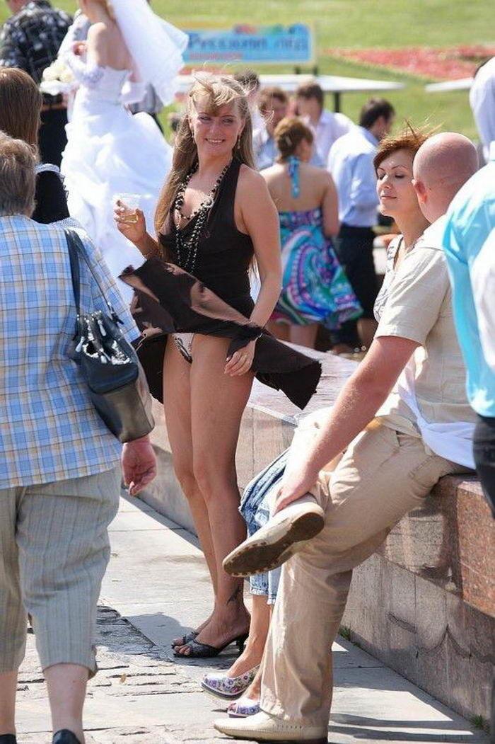 Кончают женщине задрали юбку видео муж