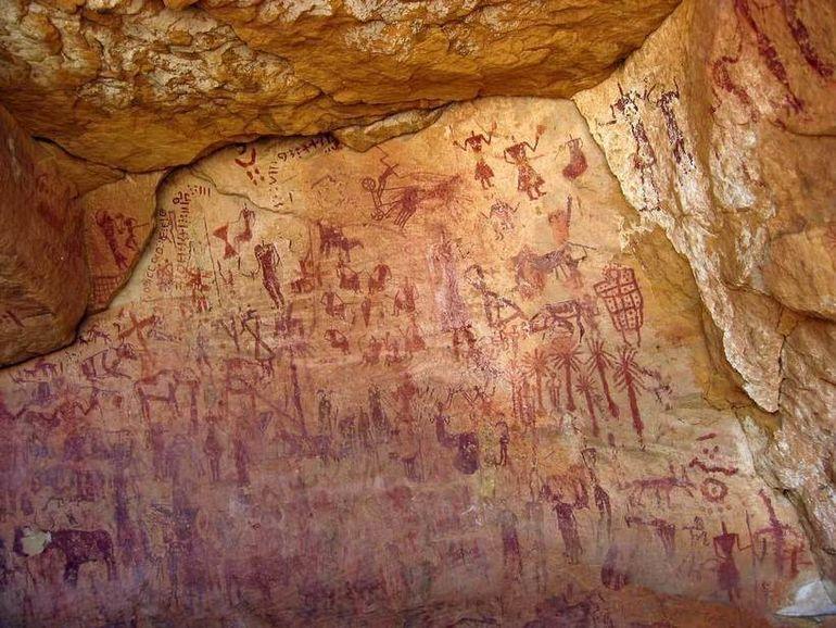 Находки пещеры Такаркори: как древние люди выживали посреди Сахары