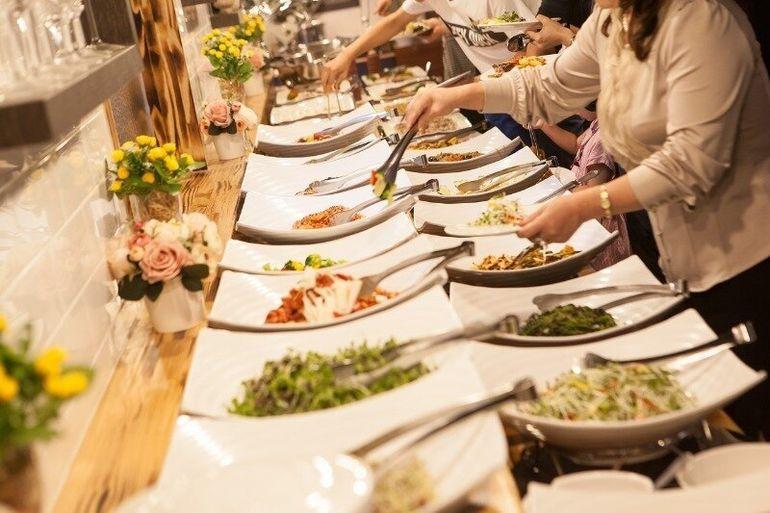 Почему подачу еды в отелях называют «шведским» столом, а не датским или американским