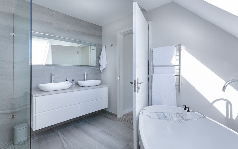 Что предпочтительнее в квартире: душевая кабинка или ванна?