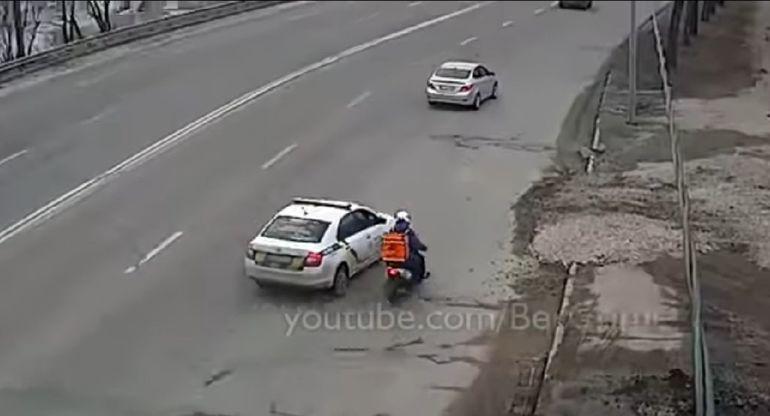 Погоня полицейских за курьером на скутере насмешила Сеть