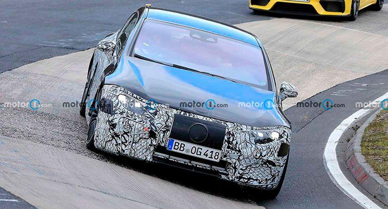 Mercedes-AMG EQS засветился во время тестов на автодороге