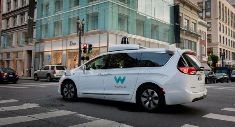 В Соединённых Штатах беспилотное такси Waymo застряло на дороге и сбежало от техподдержки