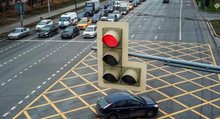 В Москве с лихачами будут бороться принудительным красным сигналом светофора