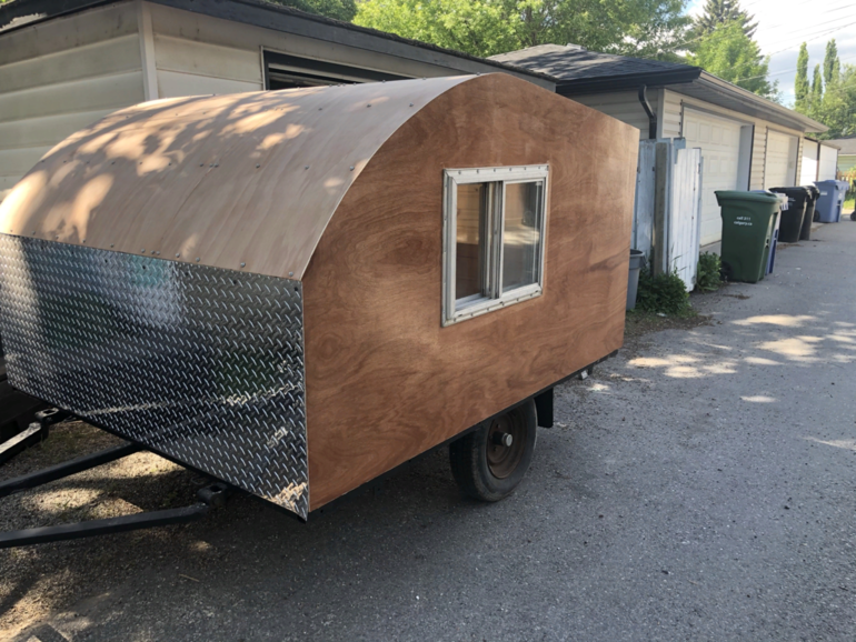 Мне надоело спать в палатке в кустах, поэтому я построил маленький каплевидный трейлер