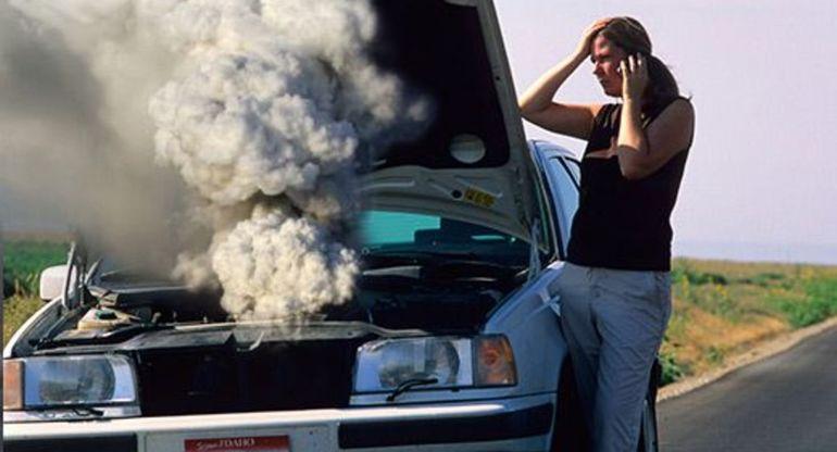 Из моторного отсека машины вдруг повалил дым: что делать