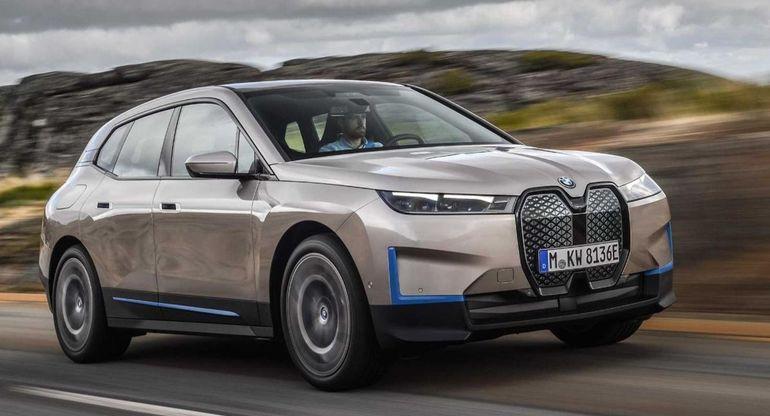 BMW iX самостоятельно паркуется и ищет зарядную станцию